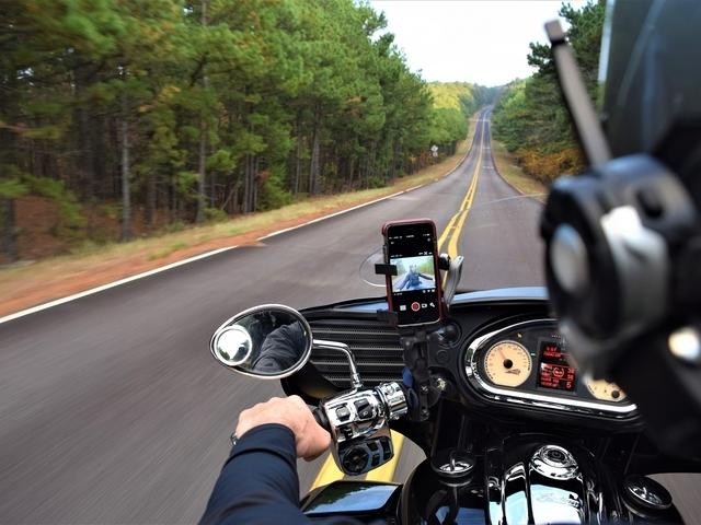 Hoe kun je veilig je smartphone gebruiken op de motor?